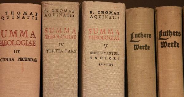 Tuomas Akvinolaisen ja Martti Lutherin teoksia. Plantingan mukaan Tuomaalla on samansuuntaisia tieto-opillisia käsityksiä hänen kanssaan. Kuva: Olli-Pekka Vainio.