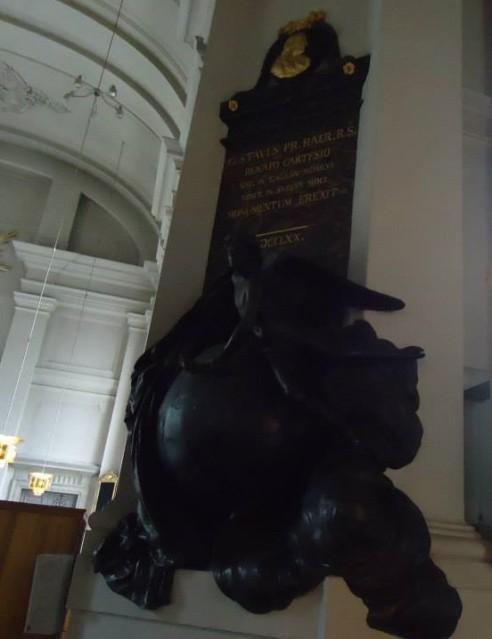 Vuonna 1710 Descartesin muistoksi tehty puinen veistos Adolf Fredrikin kirkossa Tukholmassa, jonka hautausmaalla Descartesin maalliset jäännökset lepäsivät ennen siirtoa Pariisiin (Kuva: kirjoittajan henkilökohtainen valokuva-arkisto)