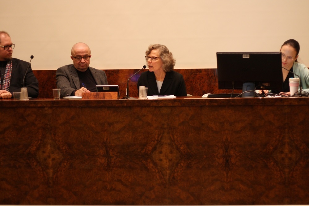 Anne Birgitta Pessi johtaa myötätunnon vaikutuksia tutkivaa hanketta teologisessa tiedekunnassa. Markku Kulmalan mukaan ilmastonmuutoksen torjunta edellyttää laajaa arvokeskustelua, ja arvot vaikuttavat selvästi tutkimusrahoitukseen ja tutkimuskysymysten valintaan. Leila Haaparanta eritteli esitelmässään täsmällisesti eri tapoja, joilla filosofiassa keskustellaan arvoista ja miten arvot vaikuttavat filosofian tekemiseen.